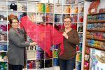 Pirkko Lehto ja Jaana Rantanen ovat Wetterhoffin myymälän asiantuntevia käsityön ammattilaisia.