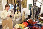 Kaja Selter Lempäälästä myi neulomiaan sukkia, lapsia, pipoja ja kaulahuiveja. Kuva: Tia Yliskylä