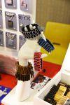 Nokkelat rannekorut on valmistettu vanhoista vetoketjuista. Kuva: Tia Yliskylä