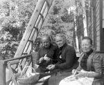 Fredrika (vas.) ja hänen sisarensa Mathilda (kesk.) perkaavat sieniä Porvoon Haikossa.