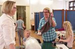 Juuli Helmisen (kesk.) mummot Hillevi Kaarlenkaski (vas.) ja Anja Helminen auttoivat keppihevosen tekemisessä.