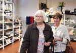 Hilkka Marttila ja Tuula Niemelä Juupajoelta ihastuivat Wetterhoff-myymälän lankoihin ja sisustustuotteisiin.