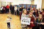 Roosa ja Eeva Kokko olivat askarrelleet kannustuskyltit isälleen Ohtolle. Kuva: Tia Yliskylä