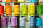 Värikkäät matonkuteet taipuvat moneksi: matoiksi, liinoiksi, laukuksi ym. Kuva: Simo Karisalo