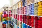 Wetterhoff-lankojen väriskaalat ovat poikkeuksellisen laajat: esimerkiksi ryijylangoissa on 159 eri värivaihtoehtoa. Kuva: Simo Karisalo
