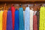 Ihanasti hehkuvia värejä joka makuun Wetterhoff-myymälästä Hämeenlinnasta. Kuva: Simo Karisalo