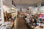 Kynttilöitä, keittiötekstiilejä, Sibeliuksen musiikkia ja monta muuta hyvää lahjaideaa Hämeenlinnan Wetterhoff-myymälässä. Kuva: Simo Karisalo