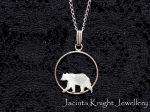 Ensimmäistä kertaa Korttelijouluun osallistuva Jacinta Knight Jewellery myy koruja. Esimerkiksi hopeinen karhuriipus on osa Suomi-kokoelmaa, jonka aiheena on suomalaisia eläimiä ja kasveja. Hinta 25 euroa (ilman ketjua).