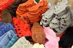 Kaja Selter myy Korttelijoulussa  neulomiaan sukkia, lapasia, pipoja ja kaulahuiveja.
