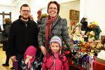 Mikko Pitkänen ja Anna-Maija Haltia tulivat tyttäriensä kanssa Korttelijoulua ihastelemaan.