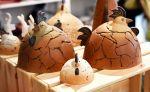 Kotkot! Keraamiset kanat hautovat keväisiä ajatuksia Wetterhoff-myymälässä Hämeenlinnassa. Kuva: Tia Yliskylä