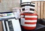Monikäyttöiset Mifukon Kiondo-korit suunnitellaan Suomessa ja valmistetaan Keniassa. Wetterhoff-myymälästä löydät eri värejä ja kokoja. Kuva: Tia Yliskylä