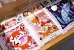 Pirteissä kirjontakuvioissa on väri-iloa! Wetterhoff-myymälässä Hämeenlinnassa kirjotaan Taito-päivänä lauantaina 14.4.2018 klo 10–14. Kuva: Tia Yliskylä