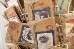 Kortti kertoo kauniit sanat! Wetterhoff-myymälä tarjoaa laajan valikoiman uniikkeja kortteja, monet käsin tehtyjä. Kuva: Tia Yliskylä