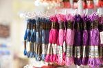 Muliinilangat kaiken maailman väreissä Wetterhoff-myymälästä Hämeenlinnasta. Kuva: Tia Yliskylä