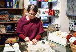 Wetterhoff-myymälässä voi nähdä ja kokeilla erimerkiksi ryijyn solmimista. Pirkko Lehto näyttää mallia. Kuva: Tia Yliskylä