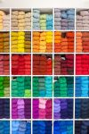 Väriä puikoille! Wetterhoff-myymälä Hämeenlinnassa on myös lankojen erikoismyymälä. Kuva: Simo Karisalo