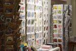 Uniikit postikortit myy Wetterhoff-myymälä Hämeenlinnassa. Kuva: Tia Yliskylä
