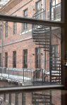Residenssihuoneen ikkunoista voi ihailla rustiikkia tiiliseinää tai Vanajaveden rantaa. Kuva: Tia Yliskylä
