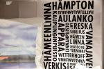 Ateljee Keltaisen Talon hilpeät keittiöpyyhkeet ovat saaneet innoituksensa Hämeenlinnasta, eli Hämptonista. Kuva: Tia Yliskylä