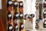 Monet Wetterhoff-myymälän korut ovat kotimaisten käsityöläisten suunnittelemia ja valmistamia. Kuva: Tia Yliskylä